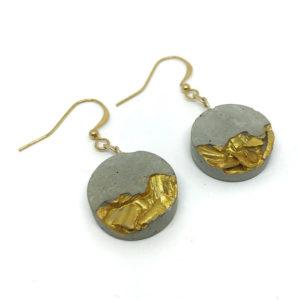 boucles d'oreille originales rondes en béton et coquillages dorés Isaure by Icy Mouse