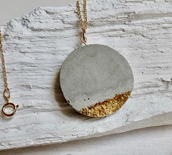collier en béton sable et feuille d'or