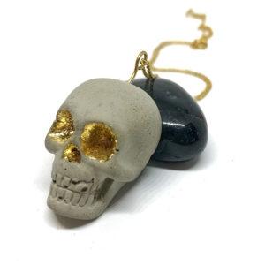 collier en béton et feuille d'or 24k forme tête de mort Lucy by Icy Mouse
